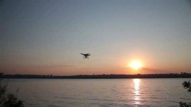 Vuelos quadrocopter en la playa al atardecer — Vídeo de Stock