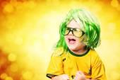 Niño con gafas, vestido con camiseta de fútbol — Foto de Stock