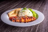 Prato com arroz, legumes e carne — Fotografia Stock