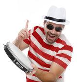 Человек в красочный рубашку и очки с бубном — Стоковое фото