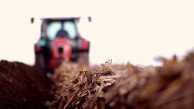 Blured tractor plowing field — Stock Video