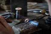 Homem fazendo jóia artesanais — Fotografia Stock