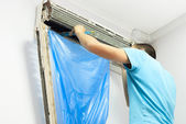 Cleaning the air conditioner — Stock Photo