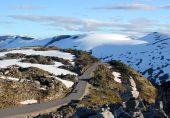 Estrada ao longo das montanhas nevadas — Fotografia Stock