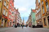 People walk Dluga street in Gdansk, Poland. — 图库照片
