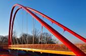 Ponte pedonale di fronte alla strada. — Foto Stock