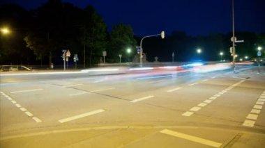 Timelapse движения на перекрестке в Мюнхене, Германия в ночное время. — Стоковое видео