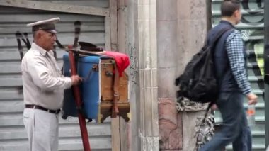 Mexico City, Mexico-August 2014: Organ grinder, playing the organ in the street. The organ grinder is a traditional character in downtown. Also is a job for some people, especially old people. — Stock Video
