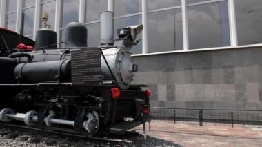 Mexico City, Mexico-August 2014: FULL SHOT. Old locomotive, outside Buenavista rail station. — Stock Video