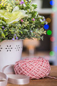 Ball of knitting yarn with flowers — Stock fotografie