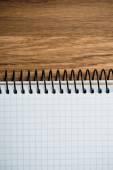 Notebook auf einem holztisch — Stockfoto