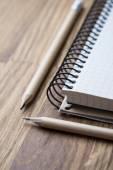 Notizbuch und Bleistift auf einem Holztisch — Stockfoto