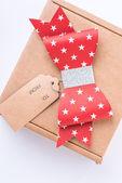 赤い弓とタグ茶色ダン ボール化粧箱 — ストック写真