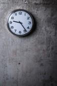 Ronde Wandklok opknoping op de grijze betonnen muur — Stockfoto