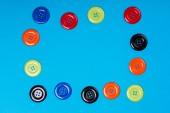 Beaucoup de boutons colorés sur un fond bleu — Photo