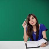Asiatiska college flicka gör sina läxor — Stockfoto