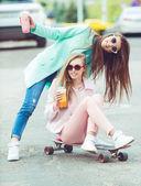 Přítelkyně Hipster s selfie v městském kontextu - koncepce přátelství a zábavy s novými trendy a technologie - nejlepší přátelé eternalizing okamžiku, kdy s kamerou — Stock fotografie