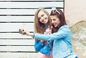 Hipster girlfriends taking a selfie in urban city context - Concept of friendship and fun with new trends and technology - Best friends eternalizing the moment with modern smartphone — Zdjęcie stockowe