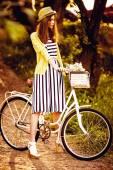Hipster Mode Mädchen im Strohhut halten Schönheit Blumen — Stockfoto