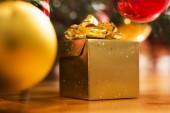 Gyllene presentförpackning under trädet — Stockfoto