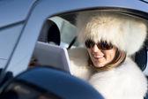 Donna in cappotto bianco con ipad di risata — Foto Stock
