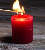 Красная горящая свеча и каминная спичка на деревянном фоне — Stock fotografie