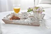 Croissant y té con el jugo de la bandeja de desayuno — Foto de Stock