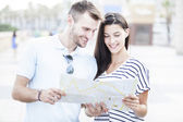 Summer holidays, dating, city break and tourism concept - couple with  guide — Stock Photo