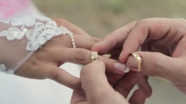 He Put the Wedding Ring on Her — Stock Video