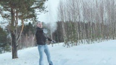 Lucha pareja bola de nieve en nieve en bosque del invierno, slowmotion — Vídeo de Stock