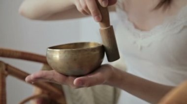 Young beautiful lady relaxing with nepal singing bowl — Stock Video