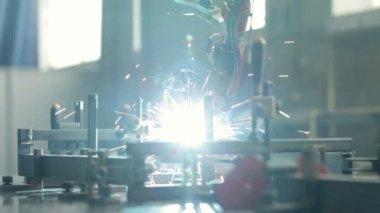 Robot di saldatura primo piano funziona — Video Stock