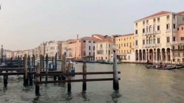 Venetian channel. The gondolier floats on a gondola with tourists — ストックビデオ
