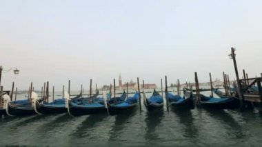 Gondolas sway on the waves in Venice — Stock Video