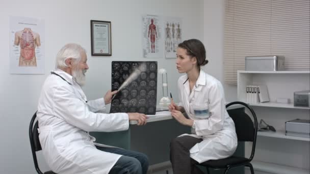 женщина врач осматривает видео