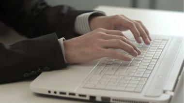 Mans ręce wpisując na klawiaturze notebooka — Wideo stockowe