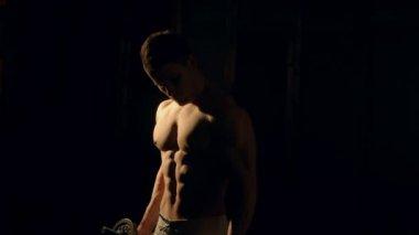 Mman con cuerpo bien formado, biceps, abs y pecs hacen ejercicio con mancuerna — Vídeo de Stock
