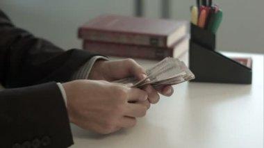 Counts money — Stock Video