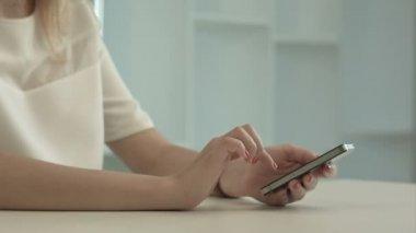 Młoda kobieta pisania wiadomości sms na telefon komórkowy — Wideo stockowe