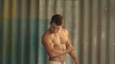 同时用他的手机拍照,训练他的二头肌肌肉的男人 — 图库视频影像