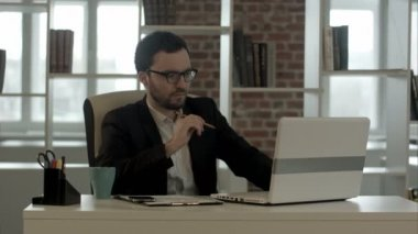 Businessman in funny glasses typing on keyboard has very good idea — Stock Video