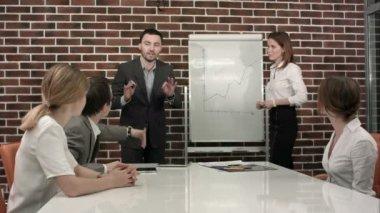 Podnikání, vzdělání a kanceláře koncepce - vážné obchodní tým s otočit šachovnici v úřadu diskutovat o něco — Stock video