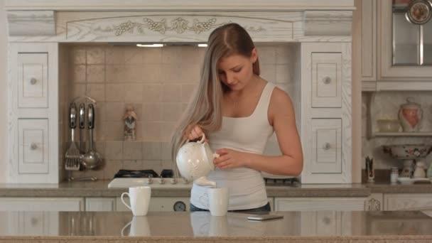 Familia feliz en la cocina — Vídeo de stock