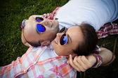 Descansar sobre la hierba, gafas — Foto de Stock