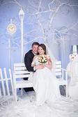 El novio y la novia se sientan en el banquillo — Foto de Stock