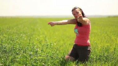 女性を誘うグリーン フィールド — ストックビデオ