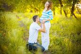 Человек целоваться беременный живот — Стоковое фото