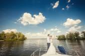 Panny młodej i pana młodego na łodzi — Zdjęcie stockowe