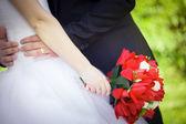 Kytice tulipánů v ruce nevěsty — Stock fotografie