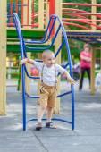 Malý chlapec na hřišti — Stock fotografie